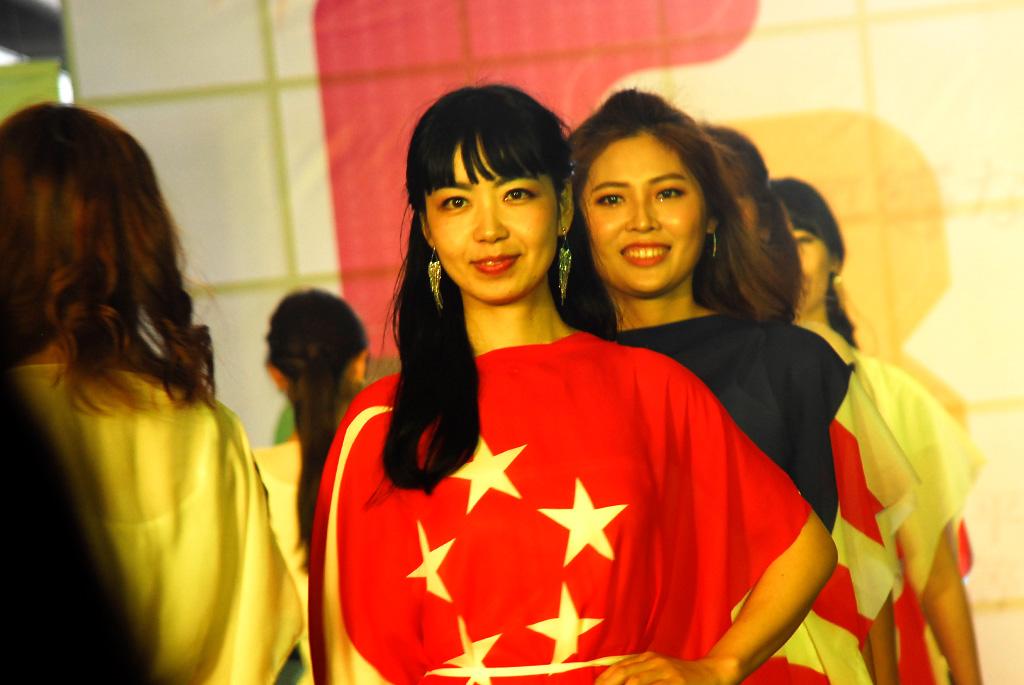 各国の国旗を模した衣装でたくさんのモデルが登場